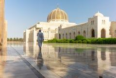 Молитва на его пути к мечети Muscat грандиозной в типичном Om стоковое изображение