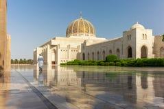 Молитва на его пути к мечети Muscat грандиозной в типичном Om стоковые изображения
