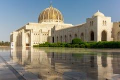 Молитва на его пути к мечети Muscat грандиозной в типичном Om стоковая фотография