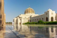 Молитва на его пути к мечети Muscat грандиозной в типичном Om стоковая фотография rf