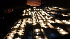 Молитва освещая жертвенные свечи Горя мемориальные свечи в католической церкви Масса рождества полуночная праздновать сток-видео