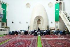 Молитва после полудня в мечети Стоковые Фото