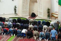 Молитва после полудня в мечети Стоковое фото RF