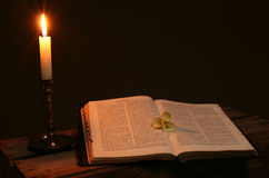 молитва свечки книги библии Стоковое Фото
