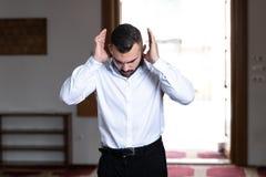 Молитва скромного бизнесмена мусульманская в мечети стоковая фотография