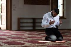 Молитва скромного бизнесмена мусульманская в мечети стоковые фотографии rf