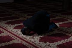 Молитва скромного бизнесмена мусульманская в мечети стоковое фото