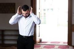 Молитва скромного бизнесмена мусульманская в мечети стоковые изображения rf