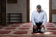 Молитва скромного бизнесмена мусульманская в мечети стоковое фото rf