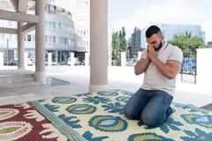Молитва человека на мечети стоковые изображения rf