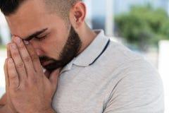 Молитва человека на мечети стоковая фотография