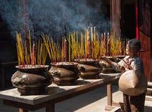 Молить в Вьетнаме Стоковое Изображение RF