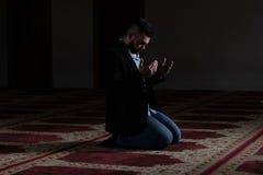 Молить молодого бизнесмена мусульманский стоковое фото rf