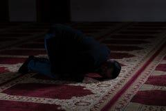 Молить молодого бизнесмена мусульманский стоковые изображения