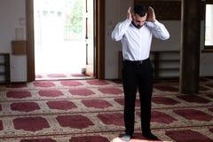 Молить молодого бизнесмена мусульманский стоковая фотография