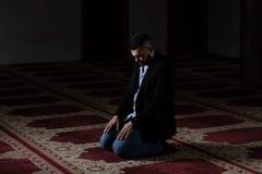 Молить молодого бизнесмена мусульманский стоковое изображение rf