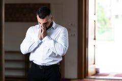 Молить молодого бизнесмена мусульманский стоковые изображения rf