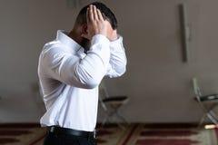 Молить молодого бизнесмена мусульманский стоковое изображение