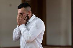 Молить молодого бизнесмена мусульманский стоковые фото