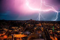 Молния над городком Goreme в Cappadocia в Турции Драматическое ночное небо, шторм стоковая фотография rf