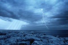 молния над морем Стоковые Изображения