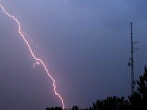 молния пропускает башню радио Стоковая Фотография