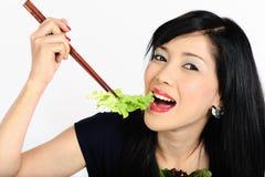 Молодая азиатская девушка есть салат Стоковая Фотография RF