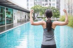 Молодая азиатская женщина делая тренировку бассейном в гостинице или курорте стоковые фото
