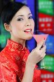 Молодая азиатская женщина держа стекло коктеила Стоковое фото RF