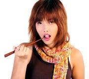 Молодая азиатская женщина есть суши Стоковое Фото