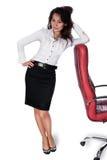 Молодая азиатская женщина полагаясь на стуле Стоковое Изображение
