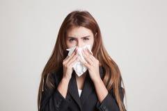 Молодая азиатская женщина получила больной и гриппом Стоковые Фотографии RF