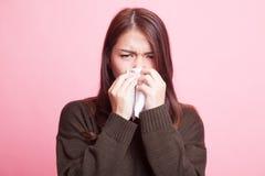 Молодая азиатская женщина получила больной и гриппом Стоковое Фото