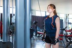 Молодая азиатская женщина разрабатывая и делая тренировку фитнеса на lo Стоковое Изображение