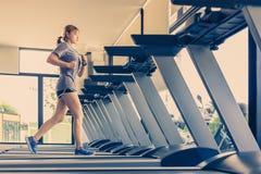 Молодая азиатская женщина разрабатывая и делая тренировку фитнеса на lo Стоковое Фото