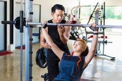 Молодая азиатская женщина разрабатывая и делая тренировку фитнеса с ним Стоковое фото RF