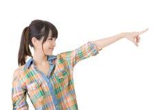 Молодая азиатская женщина указывая с пальцем стоковое изображение rf