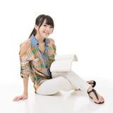Молодая азиатская женщина читая книгу стоковые изображения rf