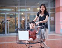 Молодая азиатская мать и ее ребенк идут ходить по магазинам Стоковое Изображение