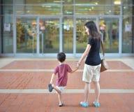 Молодая азиатская мать и ее ребенок идут ходить по магазинам в торговом центре Стоковые Фотографии RF