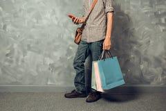 Молодая азиатская хозяйственная сумка владением человека стоковые изображения rf