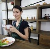 Молодая азиатская чашка владением женщины черного кофе стоковое изображение rf
