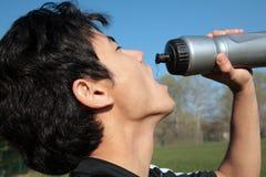 Молодая активная питьевая вода человека Стоковое фото RF