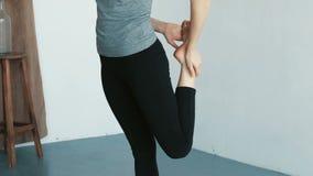 Молодая атлетическая девушка протягивая ее ноги перед тренировкой фитнеса и уроком танца в замедленном движении видеоматериал