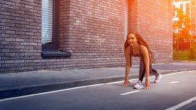 Молодая атлетическая женщина стоковые фото