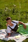 Молодая баварская женщина в dirndl стоковые фотографии rf