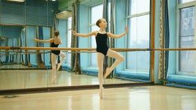 Молодая балерина в Pointe видеоматериал
