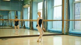 Молодая балерина в Pointe сток-видео