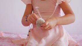 Молодая балерина пробует к давати в численном выражении как одеть pointe акции видеоматериалы