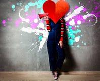 Молодая белокурая девушка в одежде джинсов с megaphoone стоковая фотография rf